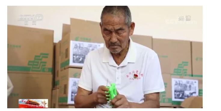 跨越4000公里的温暖!八旬老人为边防战士织数万条围巾
